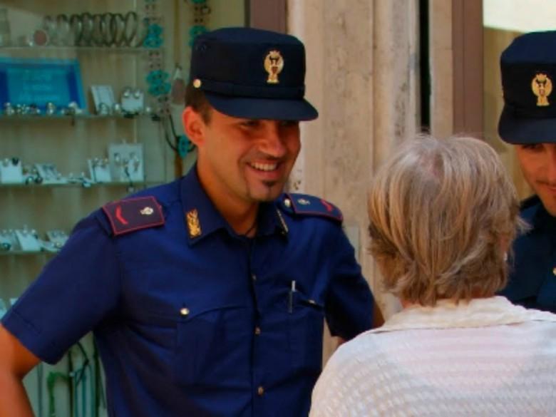 Forze dell'ordine in difesa dei cittadini (foto della Polizia)
