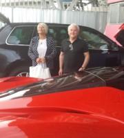 Franco Fedeli e signora accanto alla loro Ferrari