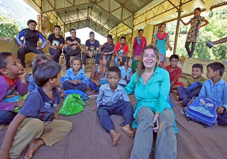 Raffaella Milandri insieme ad alcuni bambini nepalesi