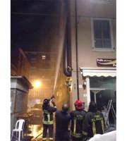 Vigili del fuoco spengono incendio in piazza Montebello