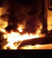Villa Rosa, auto in fiamme nella notte (Foto di Cesare Mirri)