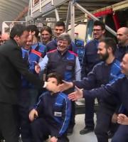 Renzi incontra i lavoratori di una fabbrica