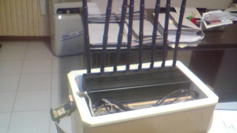 lo scanner di frequenze radio usato dai malviventi per intercettare le comunicazioni di vigilantes e carabinieri