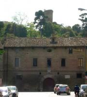 Caserma Guelfa, sullo sfondo la Torre (foto tratta dal sito beniculturali.marche.it)