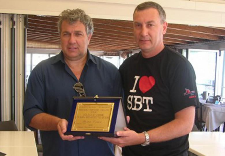 Remo Croci premiato nel 2009 da Marco Calvaresi