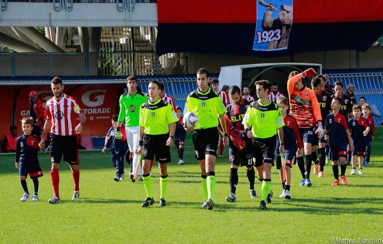 L'entrata in campo delle squadre e della terna (foto Bianchini)