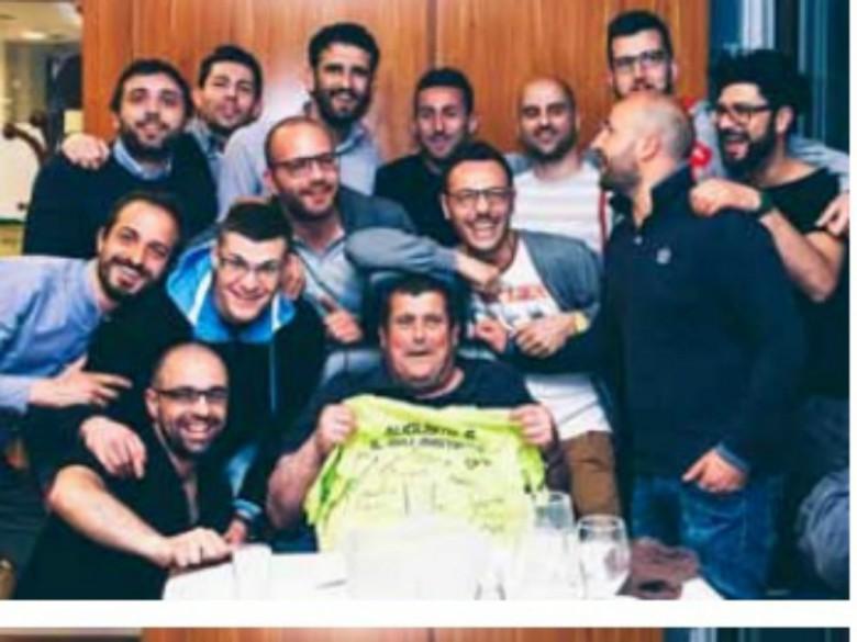 Augusto Feliziani insieme ai suoi ragazzi del Mariner durante una cena