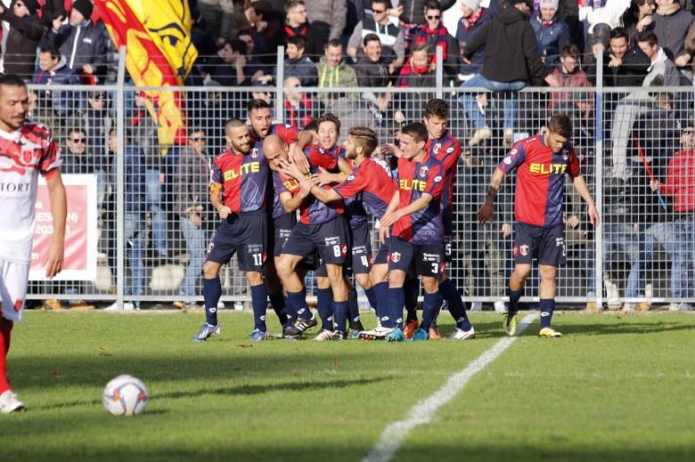Jesina-Samb, esultanza dopo il gol di Sabatino