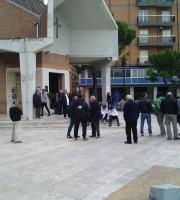 Persone giunte davanti alla chiesa per l'ultimo saluto ad Augusto Feliziani, 17 novembre