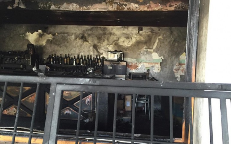 Il bar incendiato lungo la bonifica del Tronto
