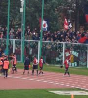 Chieti-Samb, giocatori sotto la curva rossoblu, foto di Riccardo Ricci