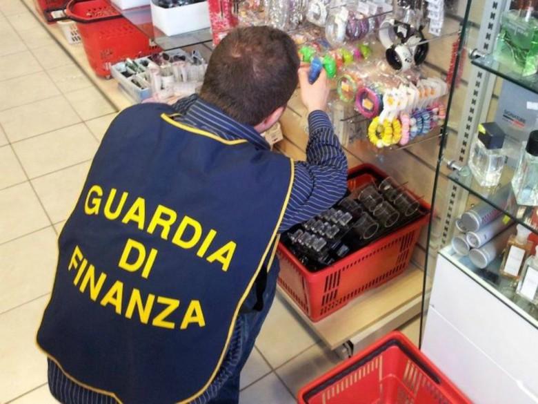 Guardia di Finanza all'azione (foto Gdf San Benedetto del Tronto)