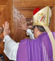 Il vescovo Bresciani apre la Porta Santa