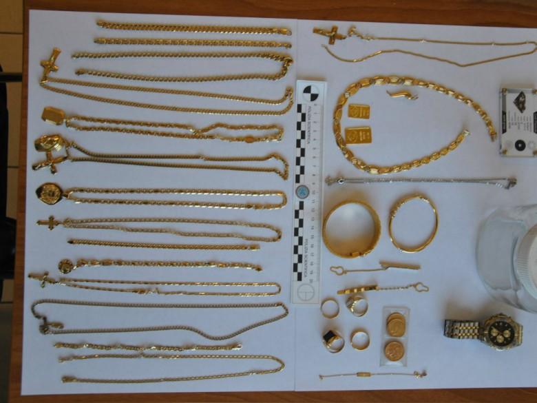 Oro rubato dall'abitazione (foto della Polizia di Fermo)