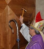 Porta Santa, l'apertura con il vescovo Carlo Bresciani 1