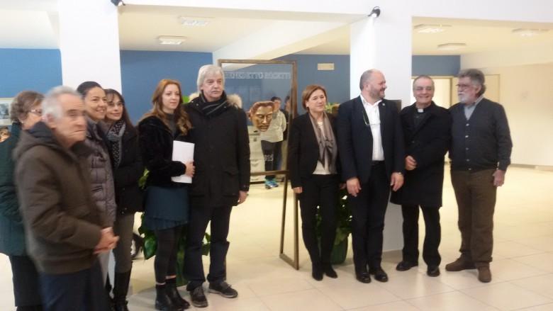 Stele commemorativa di Benedetto Rosetti realizzata dallo scultore Paolo Annibali con parenti e autorità