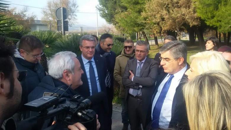 Il governatore della Regione Abruzzo Luciano D'Alfonso durante un sopralluogo sul ponte