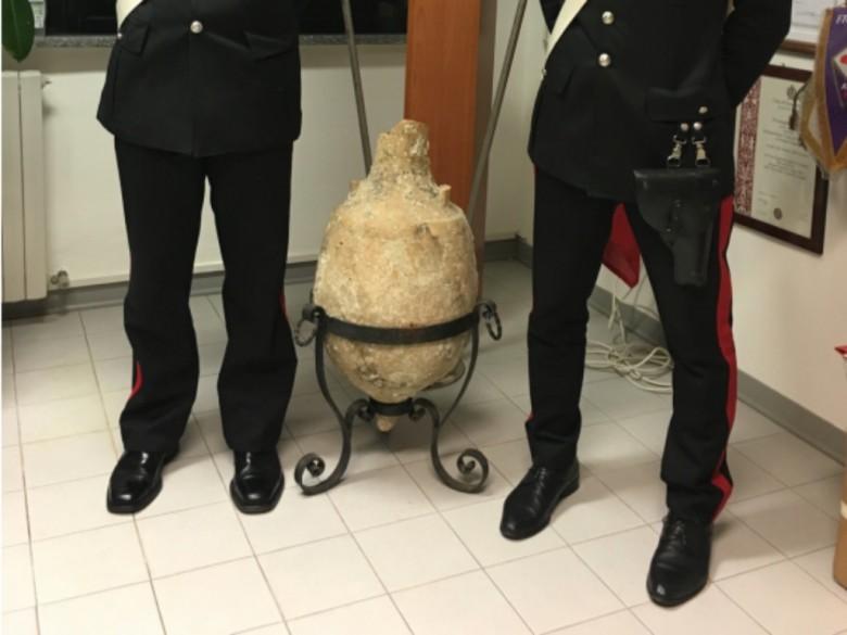 Anfora sequestrata (foto dei Carabinieri della Compagnia di Fermo)