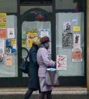 Locandine affisse sulle vetrine dei negozi sfitti (foto da gazzettadimantova.it)