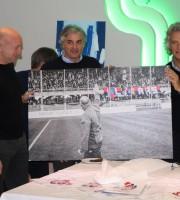 Guido Barra e Fabrizio Roncarolo premiano Palladini con una foto di Matteo Bianchini