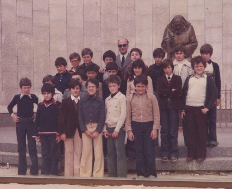 Il mastro Lucio Trapè con una classe di Martinsicuro degli anni 70