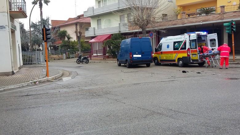 incidente a Martinsicuro tra furgone e scooter