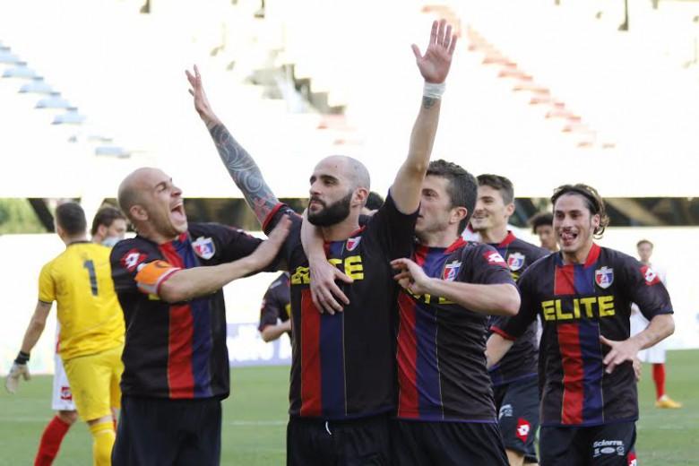 Conson festeggiato per il gol del 2-0 alla Vis foto Bianchini