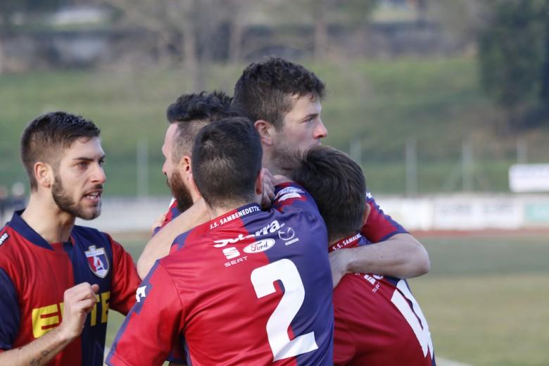 Un momento di gioia dei calciatori dopo l'1-1 nello scorso turno a Castelfidardo