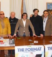 """Il sindaco Enrico Piergallini (al centro) e l'attore Piero Massimo Macchini (a destra) presentano insieme agli organizzatori gli spettacoli teatrali """"The Format"""" e """"Commedie Nostre"""" 2015."""