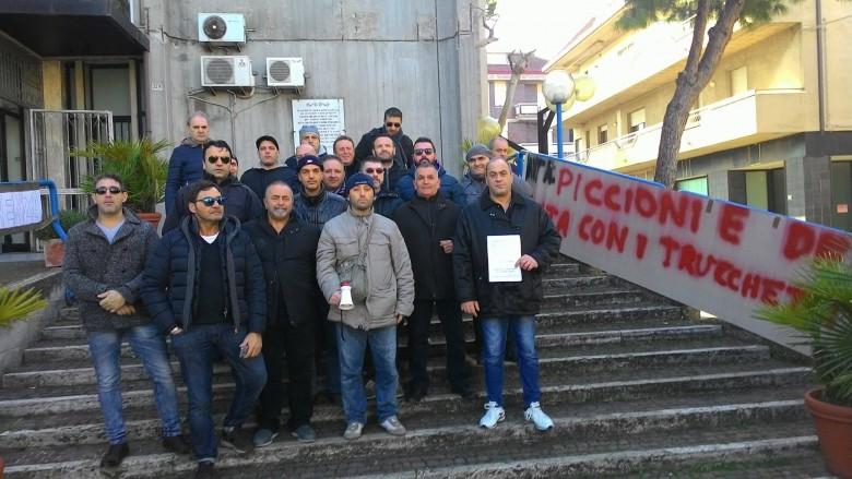 operai veco davanti al municipio di Martinsicuro