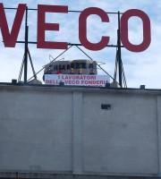 Operai Veco sul tetto della fonderia