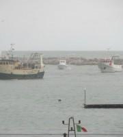 Assistenza al porto nella mattina del 4 febbraio (foto Capitaneria di Porto)