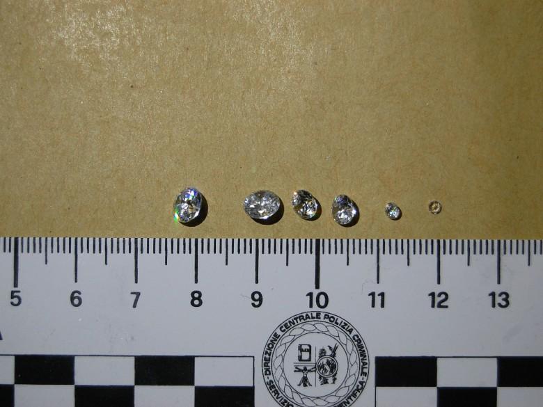 Diamanti rinvenuti (foto Questura di Ascoli Piceno)