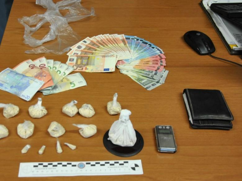 Eroina e contanti sequestrati (foto della Polizia di Fermo)