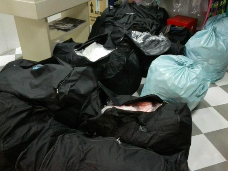 Borsoni e sacchi con materiale trafugato (foto del Comando Carabinieri di San Benedetto)