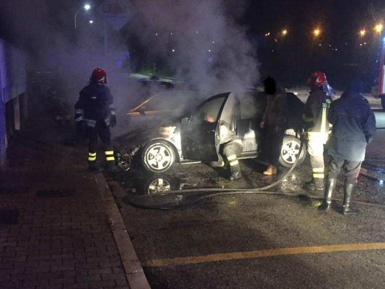 Due auto in fiamme in via Gronchi (foto di Gianluca Pasqualini tratta da Facebook)