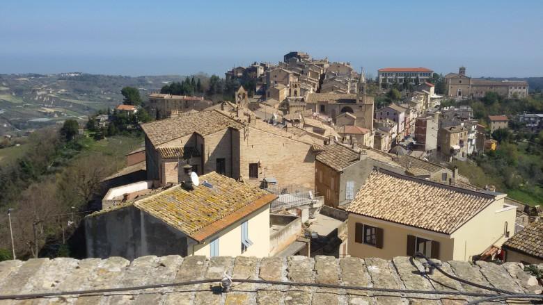 Il centro storico di Acquaviva osservato dalla Fortezza