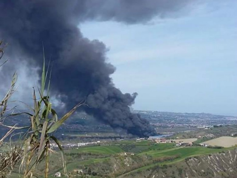 Incendio all'Italpannelli, 29 marzo (foto di Silvia Coccia)