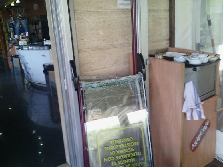 La porta sfondata dai malviventi, 3 marzo (foto di Leonardo delle Noci)