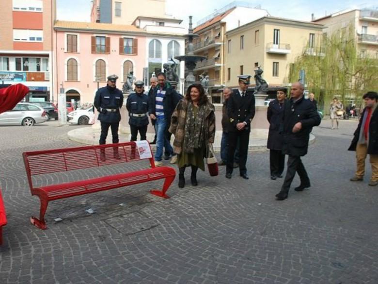Panchina Rossa (foto tratta dalla pagina Fb Città di San Benedetto del Tronto)