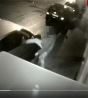 Teppista colpisce a calci un'auto in via Voltattorni la notte dell'11 marzo 2016
