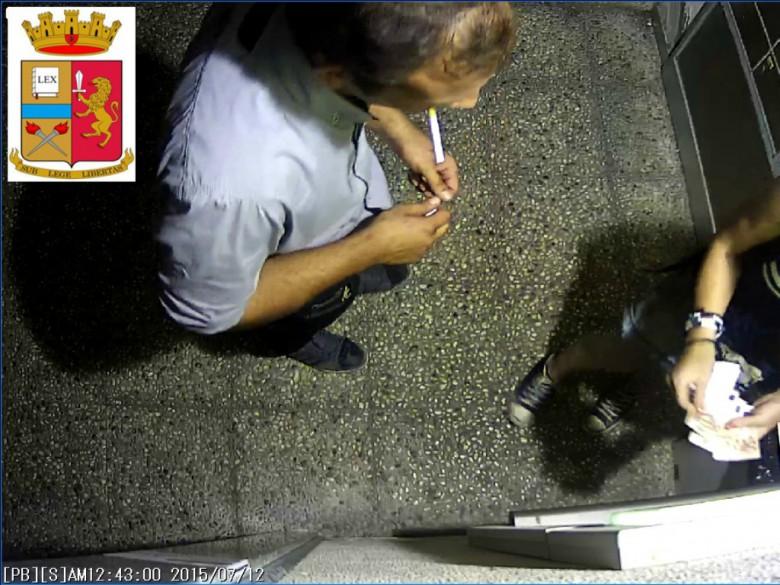 Un momento del prelievo (foto rilasciata dalla Questura di Ascoli)