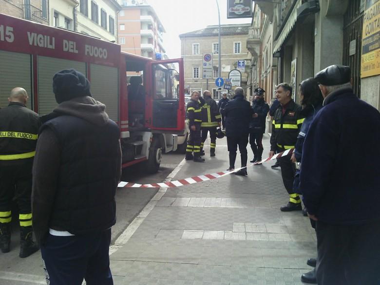 Vigili del Fuoco bloccano l'area davanti al bar, 8 marzo