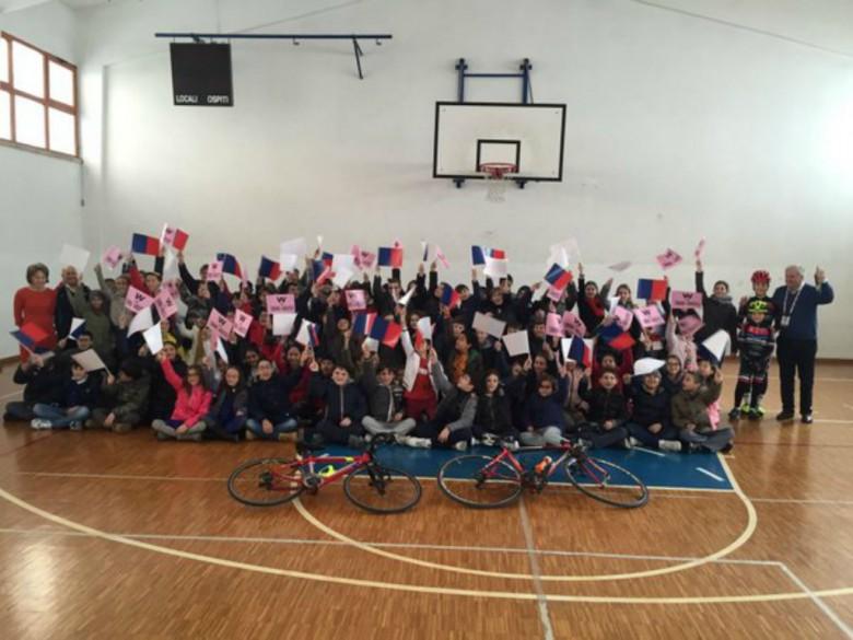 Zandegù e gli studenti (foto tratta dalla pagina Twitter San Benedetto del Tronto)