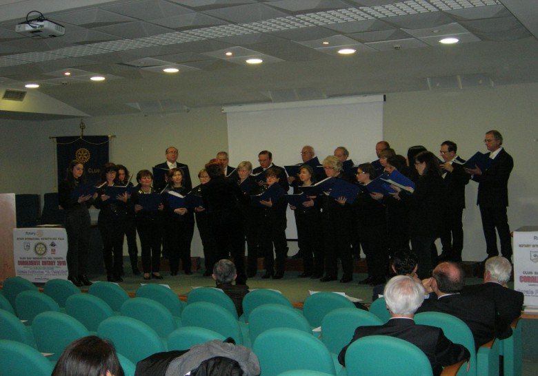 """La corale """"G.Tebaldini"""" intona un brano in dialetto sambenedettese."""