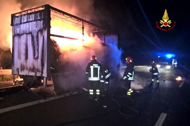 Incendio rimorchio sull'A14, 10 marzo (foto CDC vigilfuoco AP)
