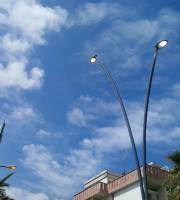 Lampioni accesi in pieno giorno sul lungomare