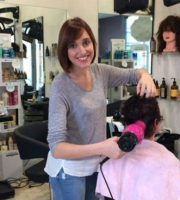 Alessia Liberati al lavoro nella sua parrucchieria