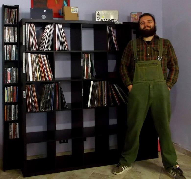 Enzo Zeder nel suo negozio di dischi