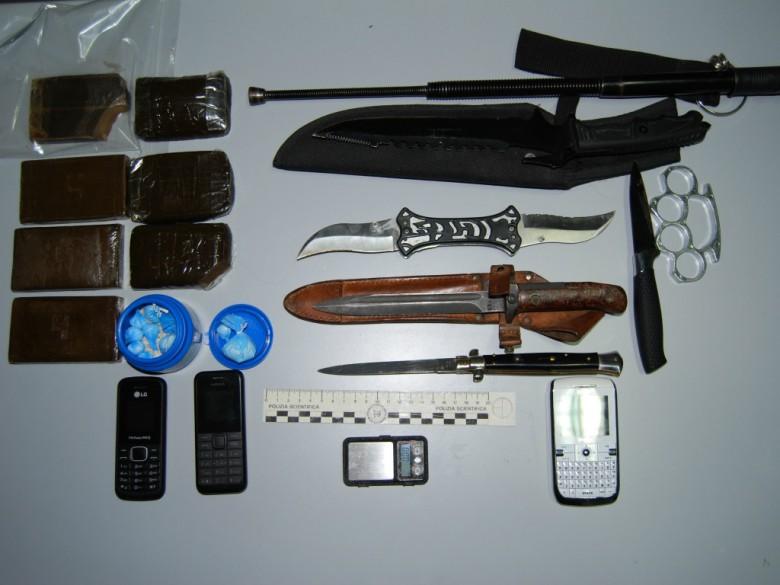 Materiale sequestrato (Foto Questura di Ascoli)